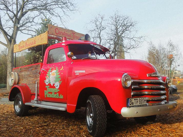 Tannen-Paradies roter Oldtimer Chevrolet