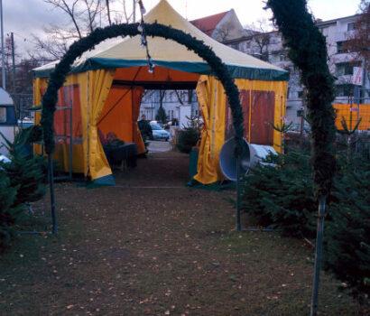 Tannen-Paradies Eingang Verkaufsplatz mit gelben Zelt